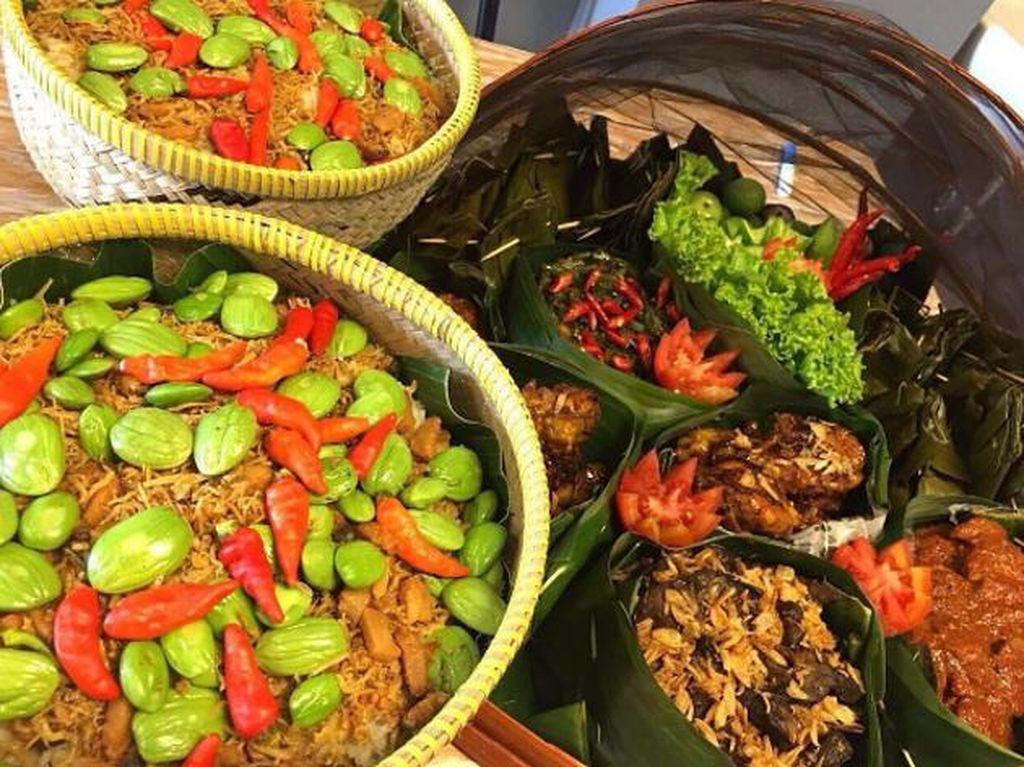 Makan Nasi Liwet dan Kembulan Beralas Daun Pisang Bisa di 4 Tempat Ini