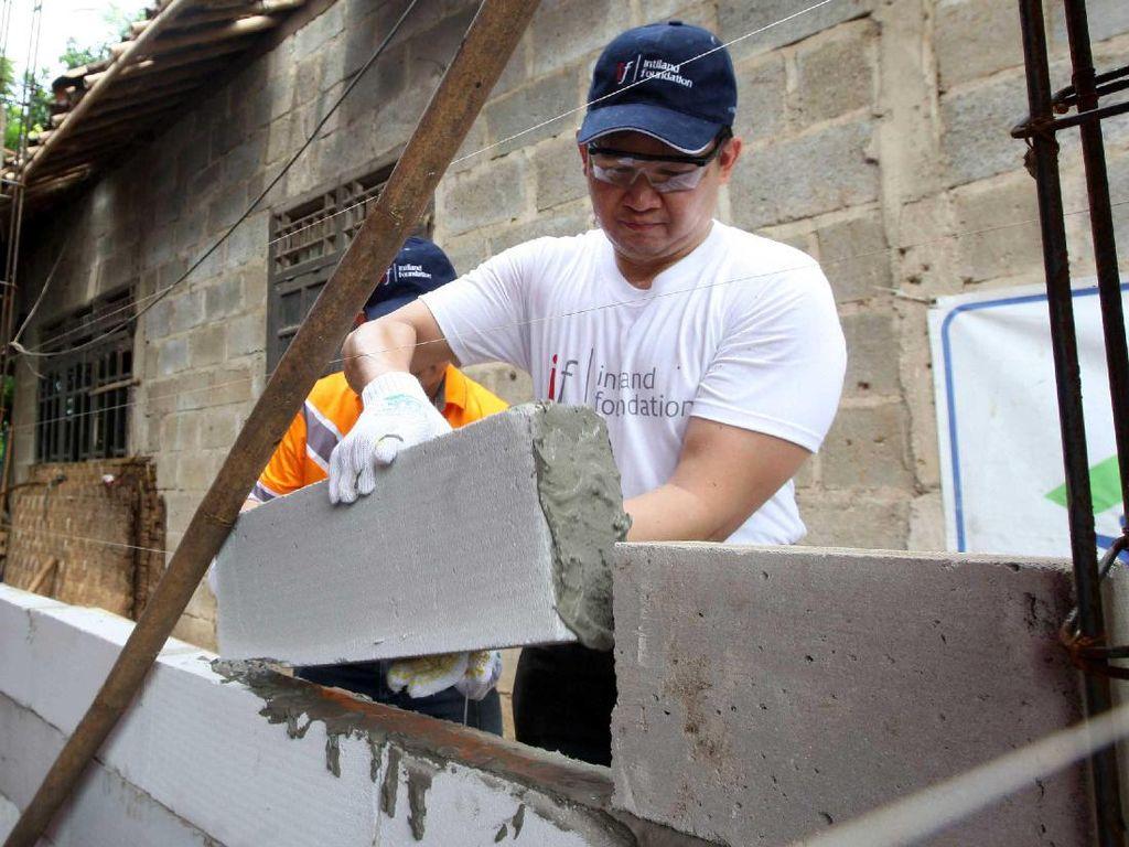 Membangun Rumah untuk Warga Kurang Mampu