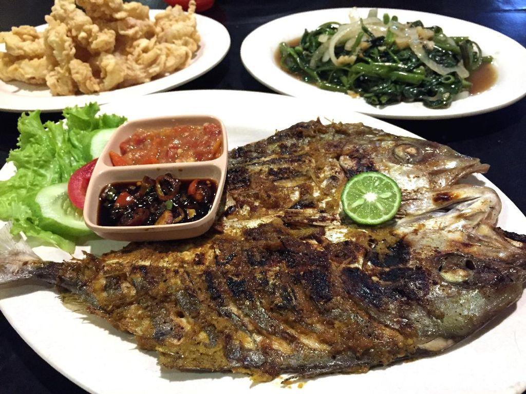 Di Sini Ada Ikan Kuwe Bumbu Makassar yang Sedap