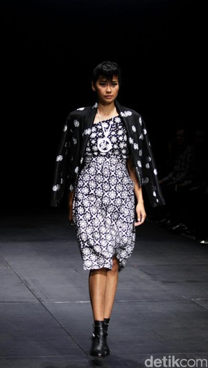 Foto: Koleksi Barli Asmara di Plaza Indonesia Fashion Week 2017