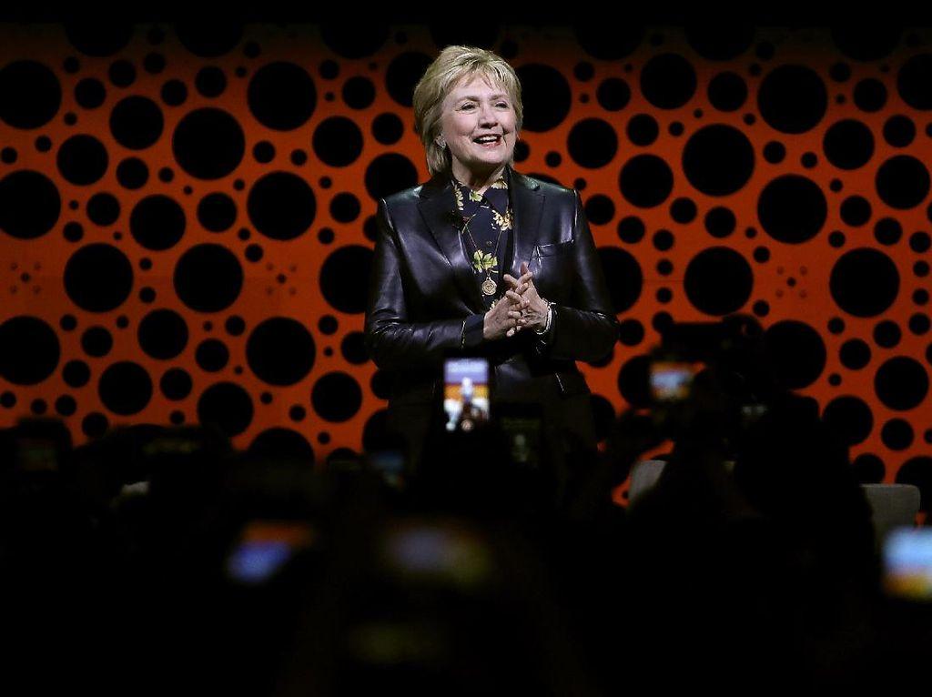Pakai Jaket Kulit, Hillary Clinton Bikin Heboh Netizen