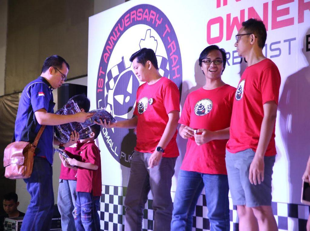 HUT 1 T-RAX juga dimeriahkan dengan coaching clinic mengenai safety driving oleh Sumantri dari Indonesia Defensive Driving Center (IDDC). Dok, T-RAX Owner Community.