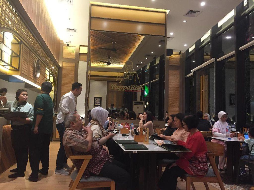 PappaRich berlokasi di Kemang Village. Restoran ini tawarkan menu Malaysia populer. Seperti nasi lemak, satai, laksa, mie dan char kwey teow.