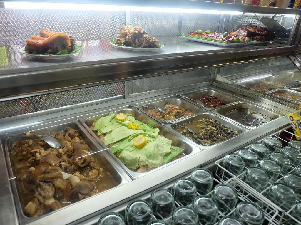 Beragam makanan rumahan bisa dinikmati di sini. Mirip seperti warteg, umumnya makanan sudah siap tersaji di balik etalase kaca. Tersedia menu populer Filipina seperti Adobo, Kaldareta, Sisig, dan Kare Kare.