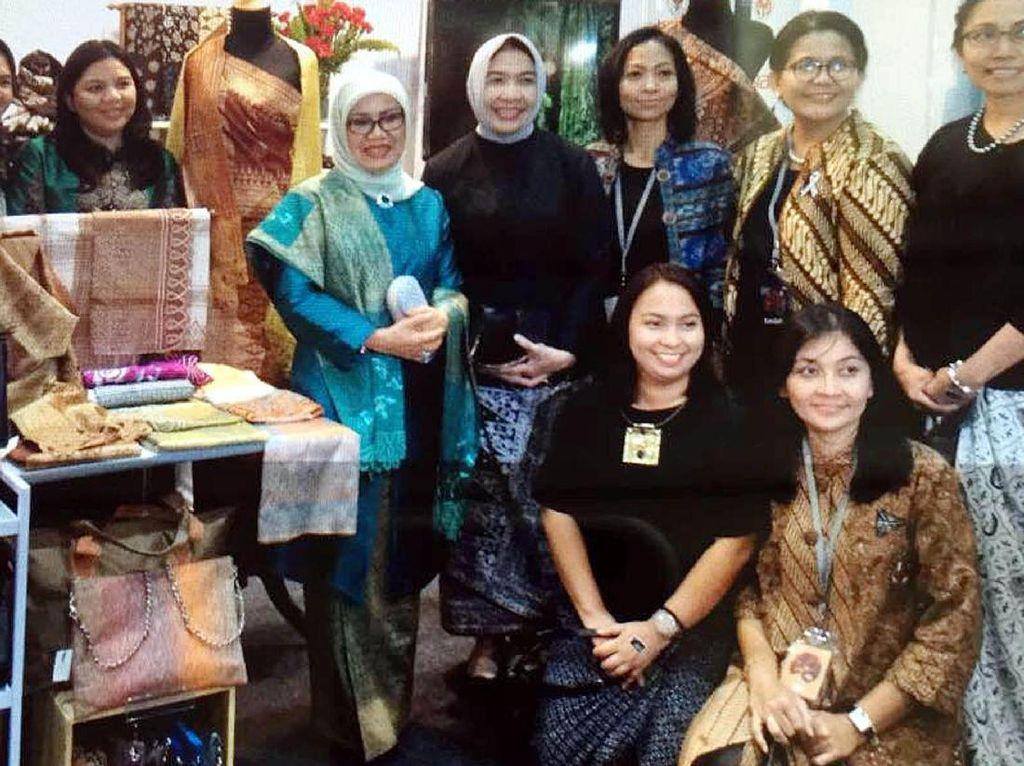 Ibu Mufidah Kalla meminta anak-anak muda Indonesia untuk terjun ke bisnis kerajinan dengan memanfaatkan kreatifitas, serta kekayaan alam dan budaya Indonesia. (Tim Media Wapres)