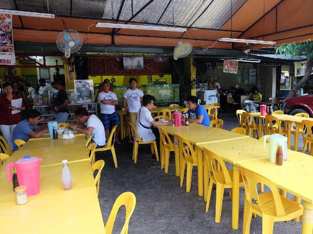Bulaluhan Sa Espana merupakan salah satu carinderia atau rumah makan yang ada di Manila. Tempatnya sederhana dengan meja dan kursi plastik berwarna kuning. Carinderia ini buka 24 jam.