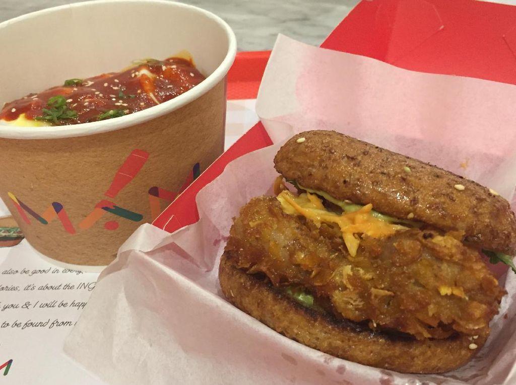 Burger dan rice bowl versi sehat bisa jadi pilihan bersantap di sini. Semuanya dikemas praktis dalam wadah sekali pakai.