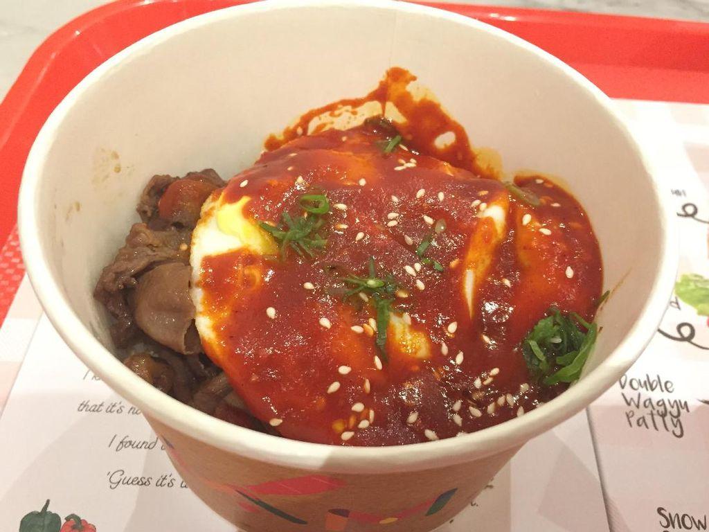 Kalau mau nasi, cicip saja K-Pop Bowl. Nasi diberi topping daging lidah sapi yang empuk juicy dan telur mata sapi berbalur saus gochujang.