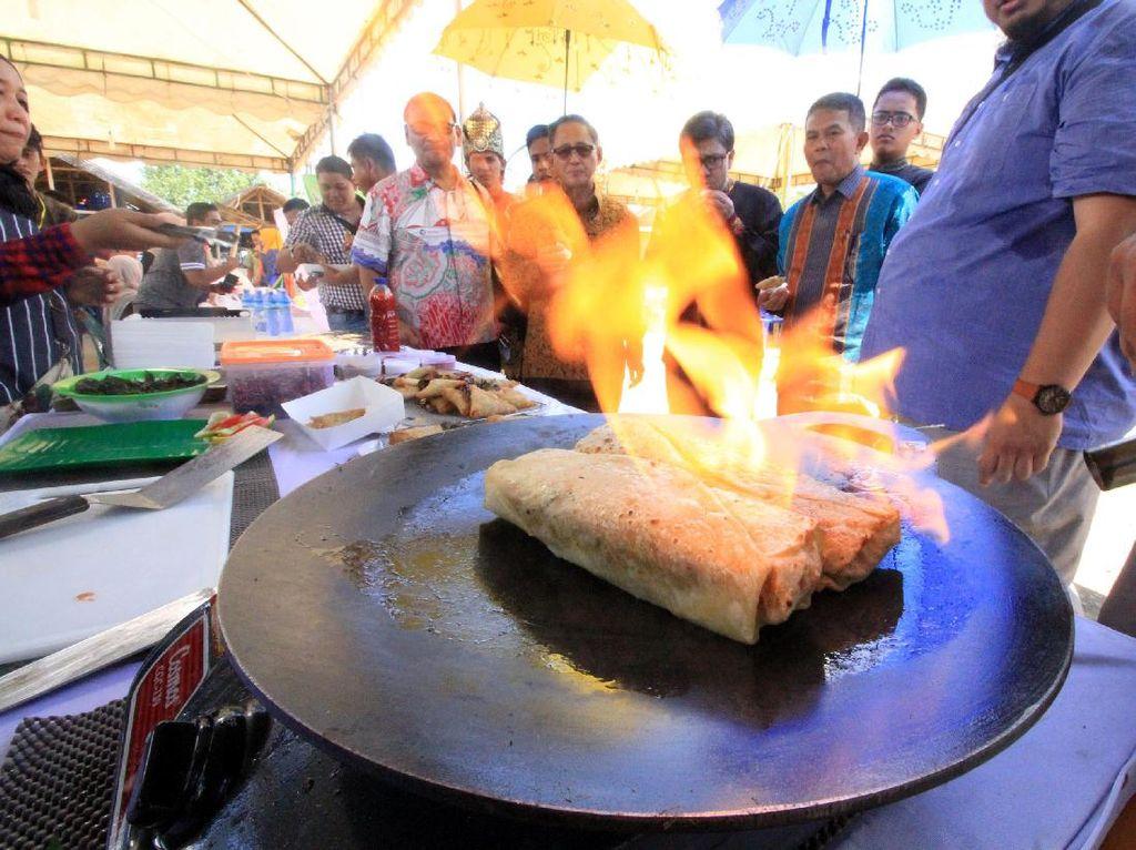 Festival ini ditujukan untuk mendorong kekayaan budaya dan kuliner Lhokseumawe sebagai motor baru pendorong perekonomian masyarakat setempat. Pool/dok. Pelindo 1.