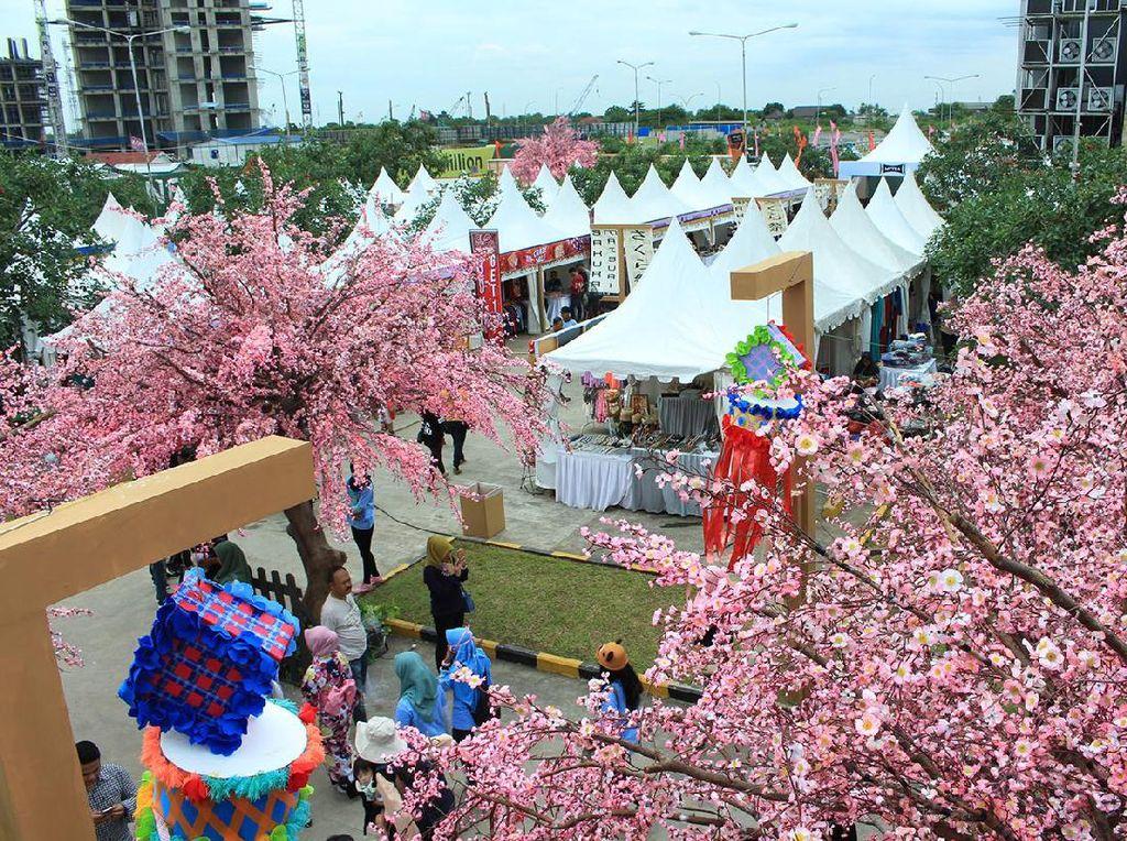 Begini suasana Festival Sakura Matsuri lengkap dengan bunga sakura yang bermekaran di Orange County, Lippo Cikarang, Minggu (9/4/2017). Pool/Emral.