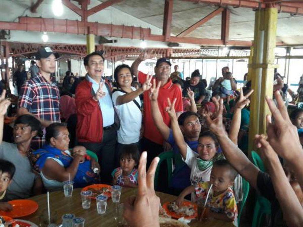 Effendi Simbolon foto bersama warga yang menghadiri sosialisasi empat pilar kebangsaan.