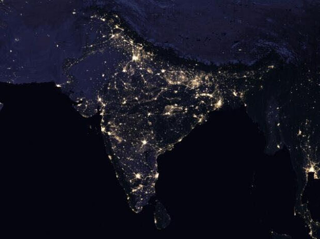 India menjadi negara yang cukup terang ketimbang negara tetangganya. Foto: NASA