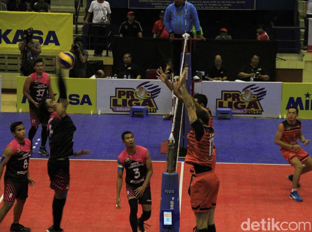 Jakarta BNI Taplus menang dengan skor 3-0 (25-22, 25-23, 25-18).