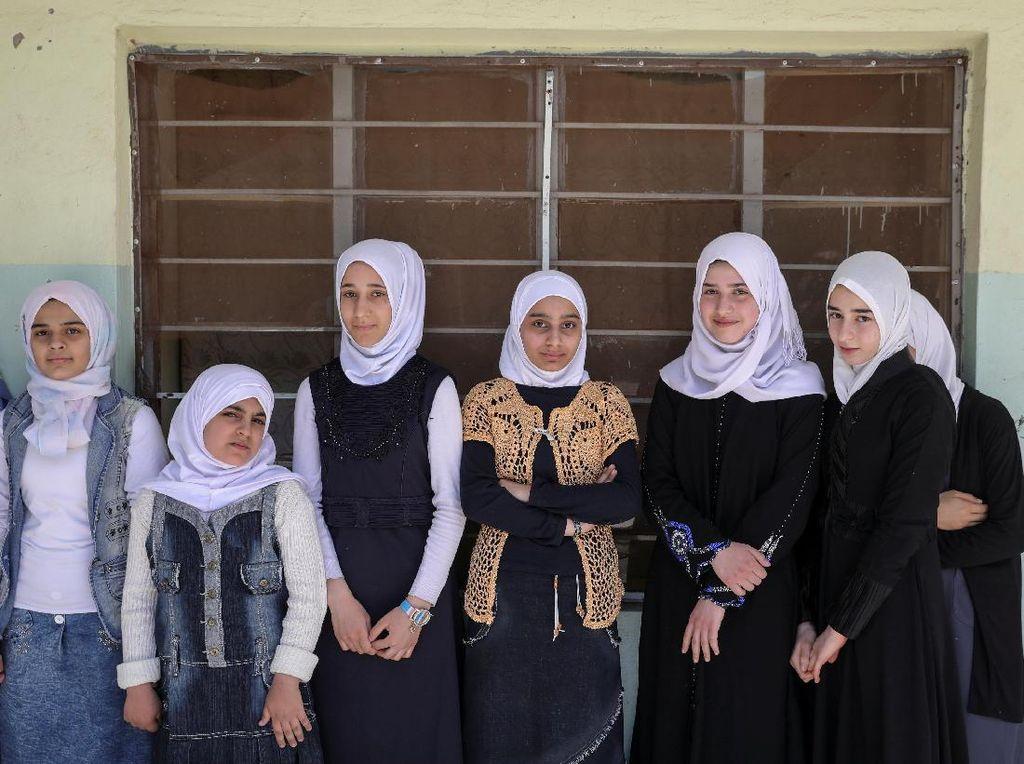 Sekolah kembali dibuka di kawasan Mosul yang direbut kembali oleh pasukan Irak dari tangan ISIS. REUTERS/Marko Djurica.