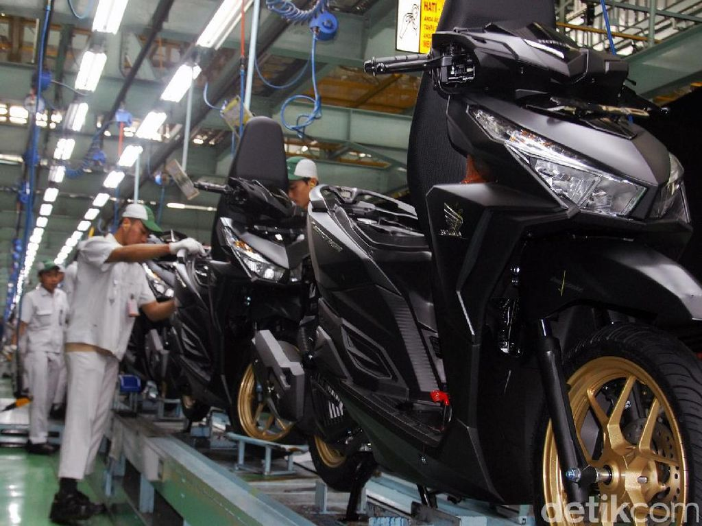 Pekerja Honda tengah merakit Vario 150. Honda Vario tipe CBS-ISS memiliki warna baru Exclusive Pearl White dan Exclusive Matte Black. Khusus untuk warna Exclusive Matte Black kini disematkan pelek baru berwarna emas yang menghadirkan tampilan sporti yang lebih premium. Foto: PT Astra Honda Motor