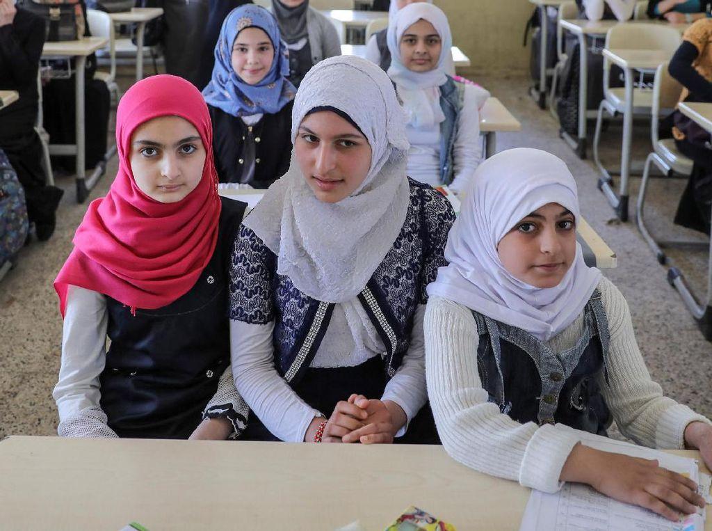 Sejumlah anak-anak di Mosul Timur, Irak, terlihat kembali bersekolah setelah bertahun-tahun bergejolak dengan ISIS. REUTERS/Marko Djurica.