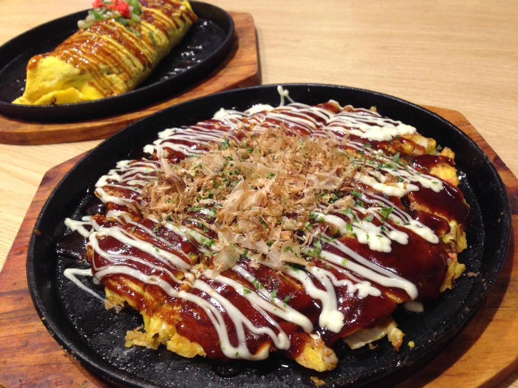 Nikmatnya Okonomiyaki dan Yakisoba yang Tersaji Hangat Dalam Hot Plate