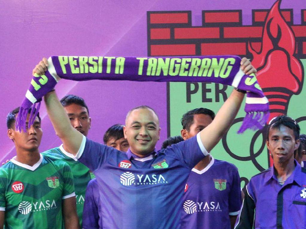 Bupati Tangerang Zaki Iskandar mengangkat sal usai memperkenalkan tim Persita TangerangdiTangerang, Banten. Foto: dok Persita