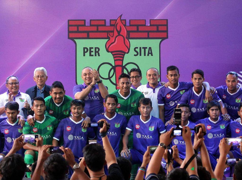 Tim Persita Tangerang berfoto bersama pengurus usai diperkenalkan di Serpong, Tangerang, Banten, Senin (17/4). (Foto: dok Persita)