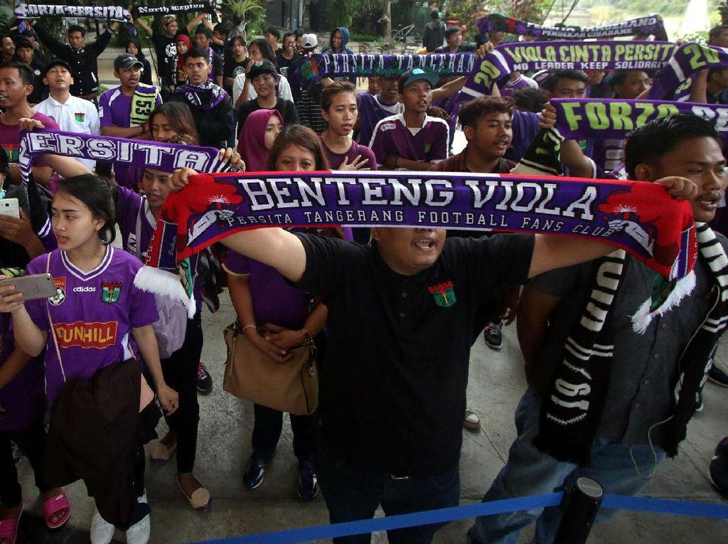 Para pendukung Persita Tangerang siap mengawal dan meramaikan pada laga tim Idolanya Benteng Violadi Liga 2 Indonesia musim kompetisi 2017-2018.Foto: dok Persita