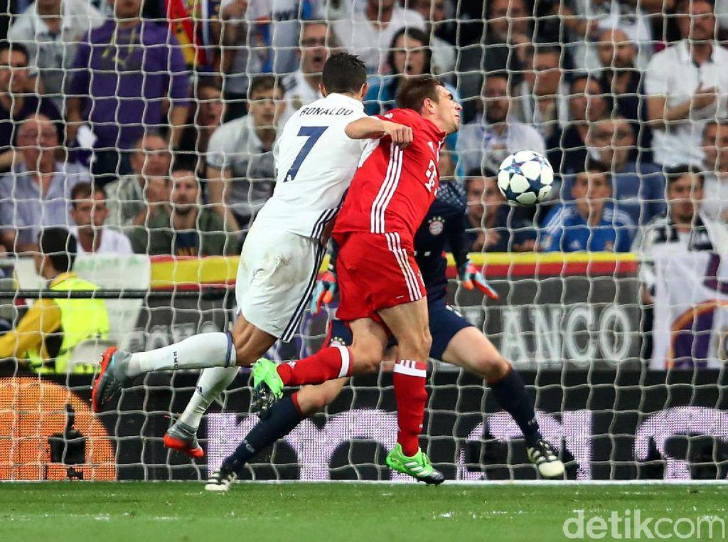 Cristiano Ronaldo membobol gawang Bayern Munich. Michael Dalder/Reuters.