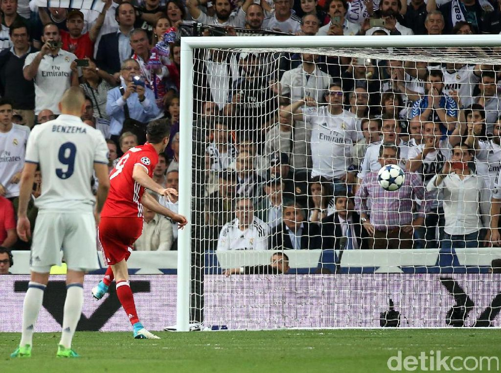 Robert Lewandowski membobol gawang Real Madrid lewat titik putih di menit ke-53. Sergio Perez/Reuters.