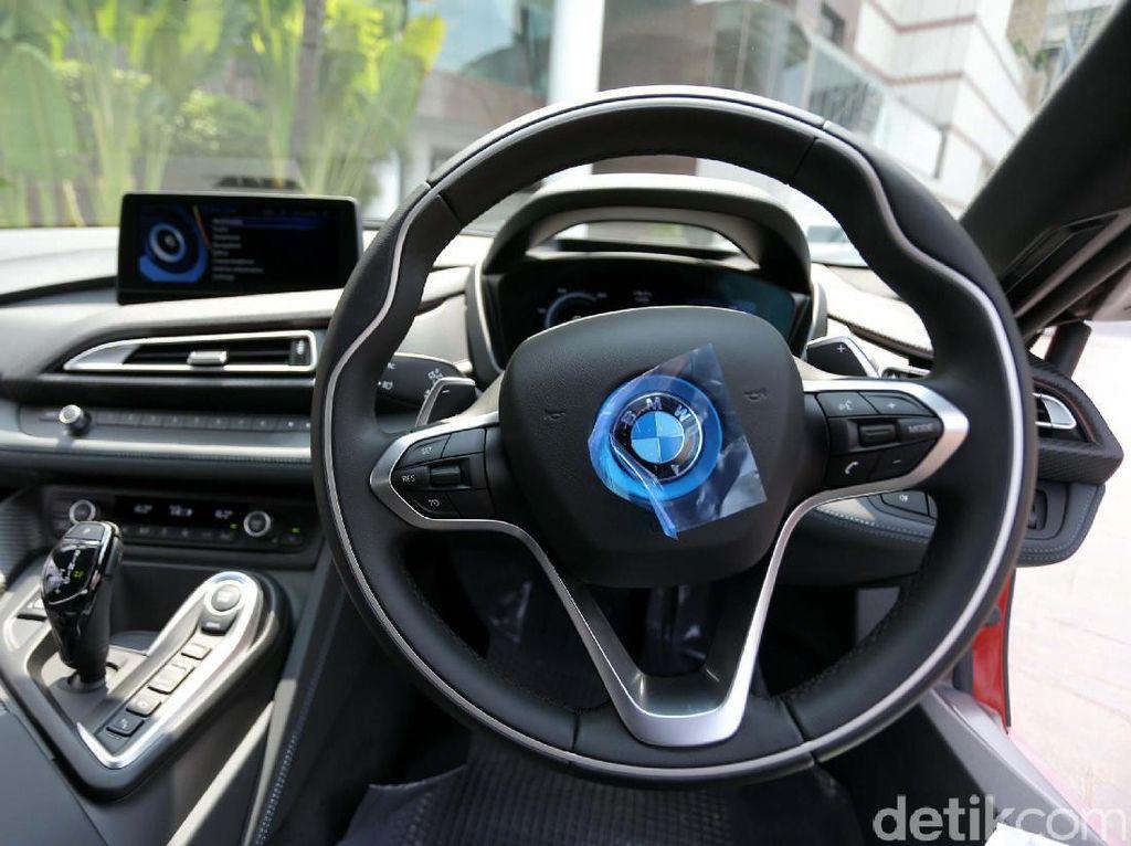 BMW iEdisi khusus BMW i8 ini dilengkapi dengan desain interior khusus dengan jahitan ganda berwarna merah serta trimming dari bahan keramik dan serat karbon.