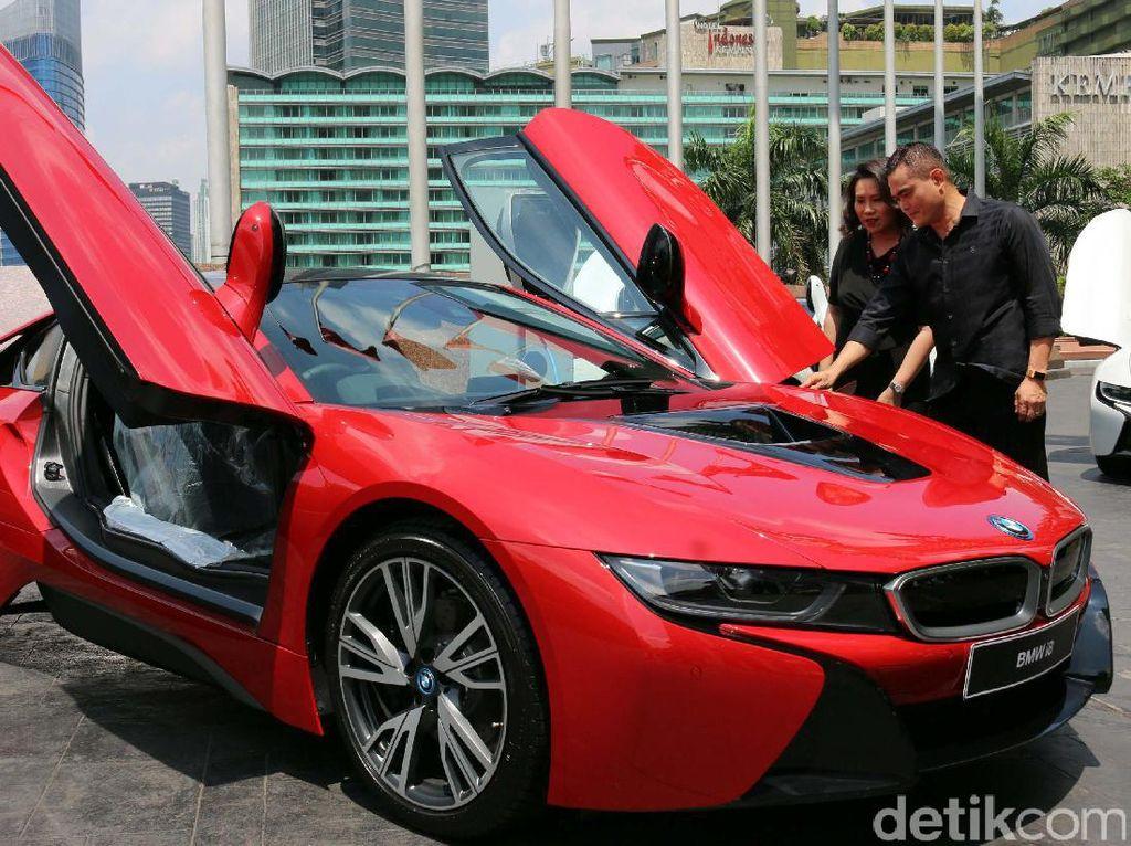 Pemilik pertama BMW i8 Protonic Red Edition di Indonesia melihat mobil anyar tersebut.