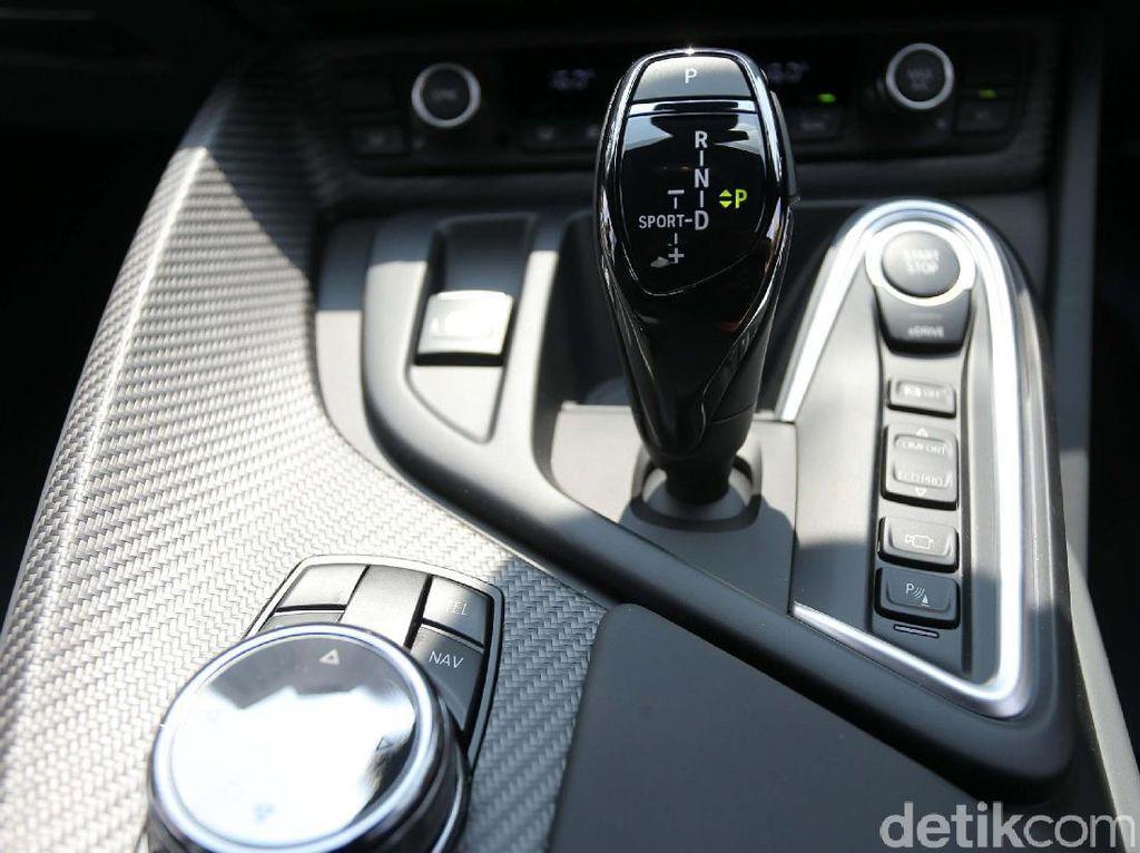 BMW i8 dirancang sebagai sports car plug-in hybrid yang menawarkan performa lincah, efisiensi luar biasa, serta distribusi berat yang nyaris mencapai 50:50.