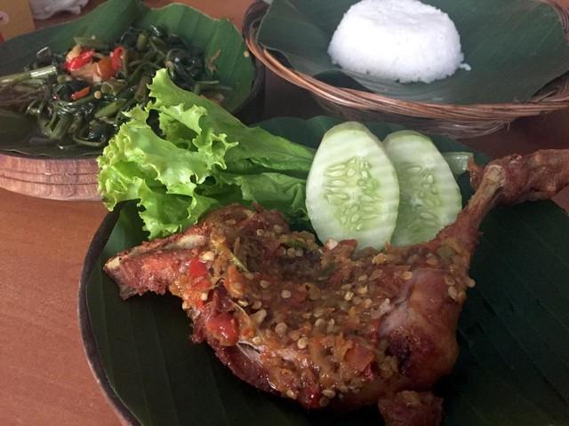 Ayam Penyet Berselimut Sambal Rawit Segar Nan Pedas Ada di Sini