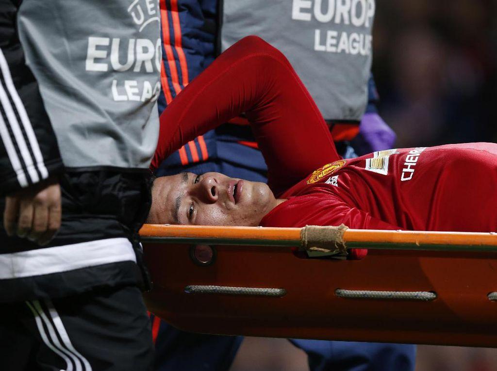 Marcos Rojo harus ditandu keluar lapangan akibat cedera. Reuters/Andrew Yates.