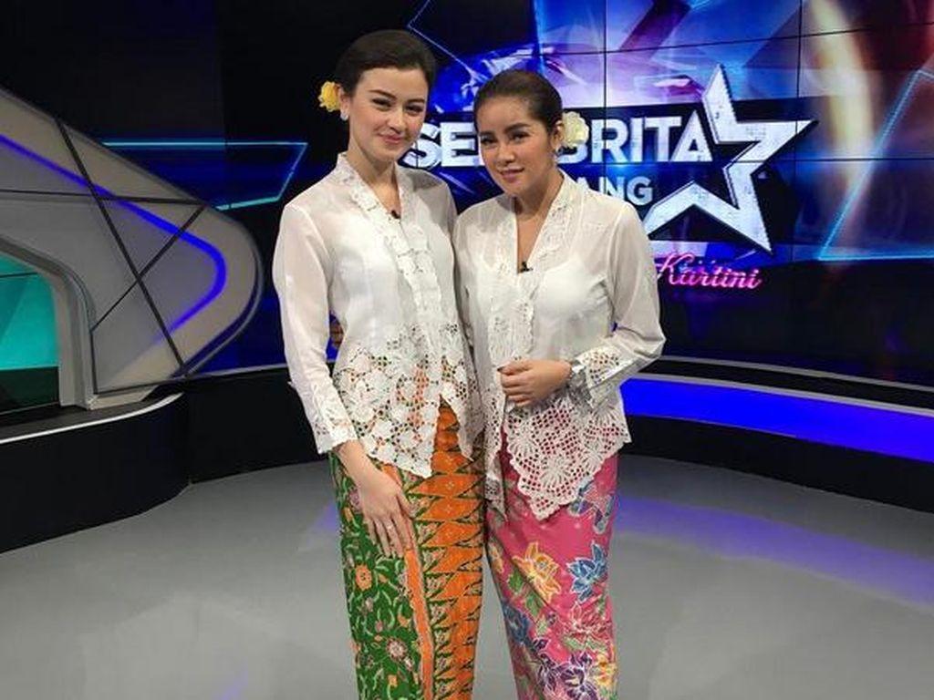 Saat ngehost Kimberly Ryder dan Olla Ramlan juga tampil dengan kebaya untuk merayakan Hari Kartini. Dok. Instagram/kimbrlyryder