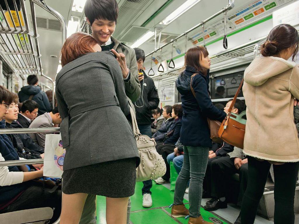 Suasana di kereta bawah tanah Korsel yang dinamis dan muda. Foto: Hufpost