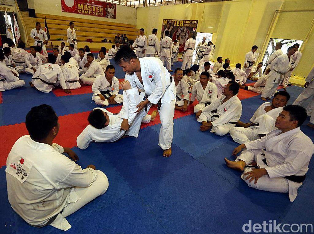 Instruktur karate internasional asal Jepang Tatsuya Naka didatangkan langsung untuk menggembleng para karateka.