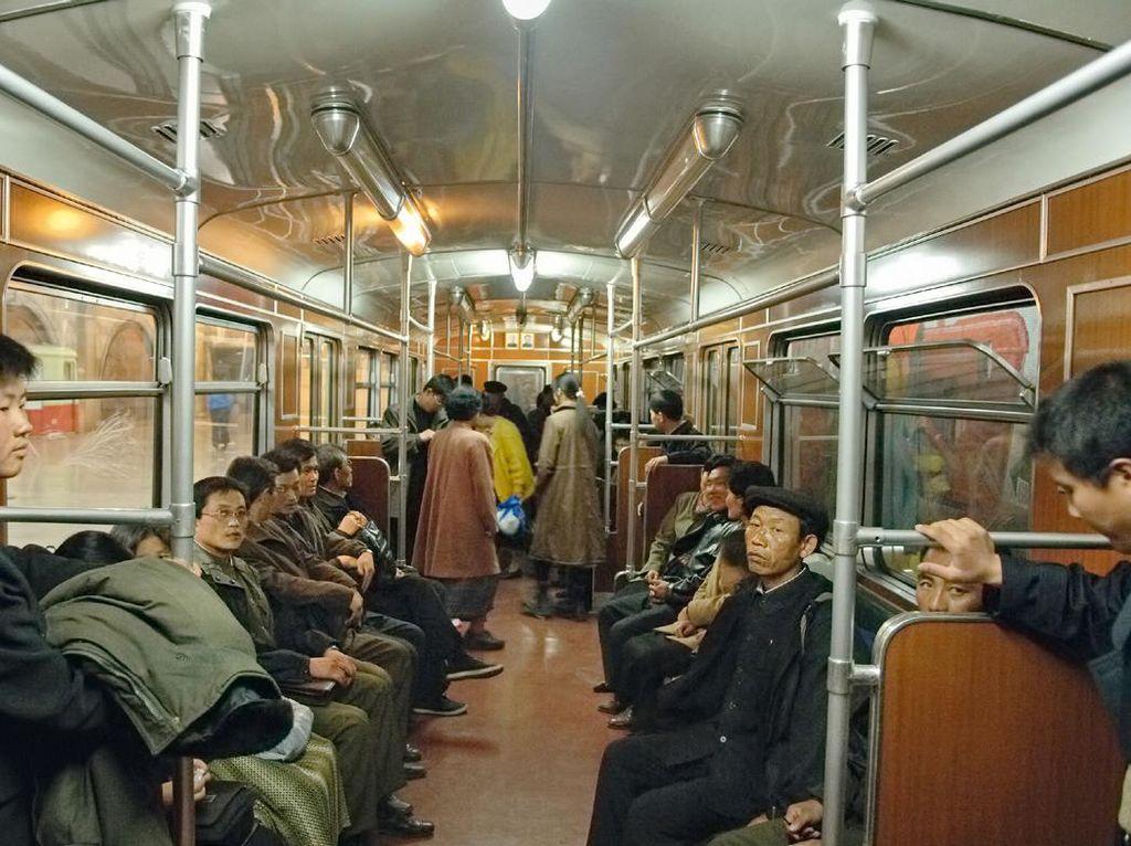 Kalau ini penampakan di kereta bawah tanah Korut yang terlihat seperti di masa silam. Foto: Hufpost