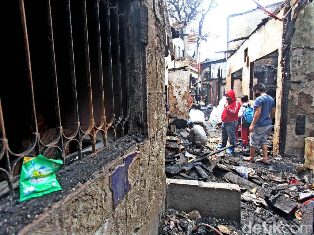 Saat ini warga masih bergotong-royong membersihkan puing rumah yang terbakar.