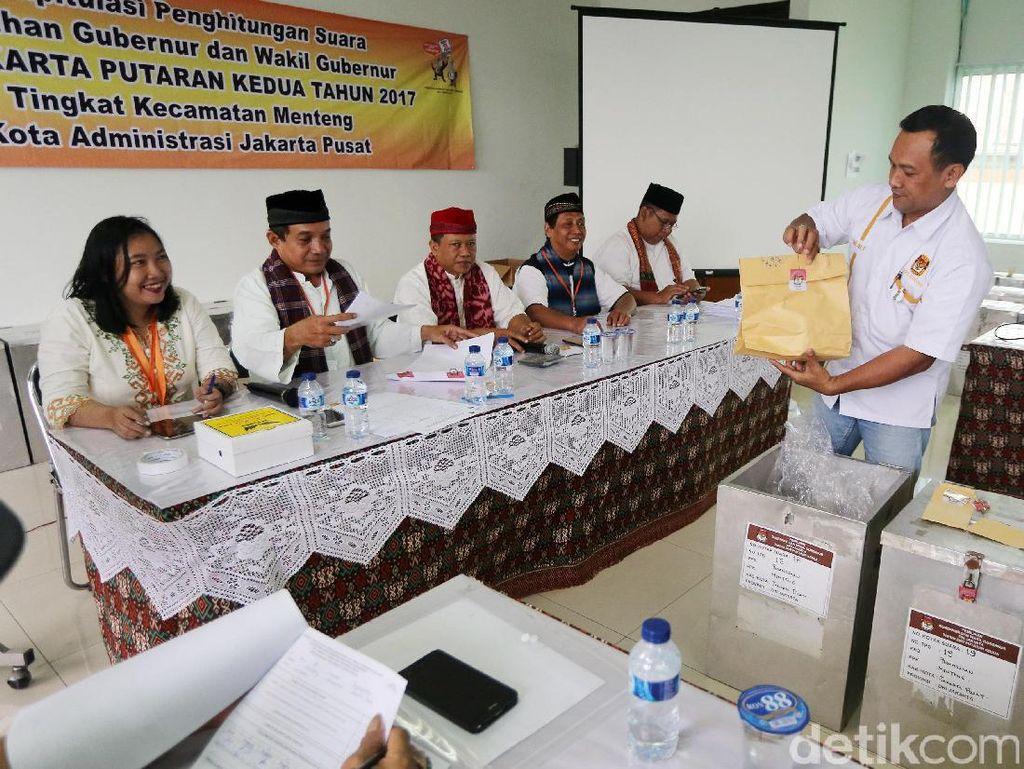 Petugas dari Panitia Pemilihan Kecamatan (PPK) melakukan rekapitulasi suara Pilgub DKI putaran dua, Jumat (21/4/2017).
