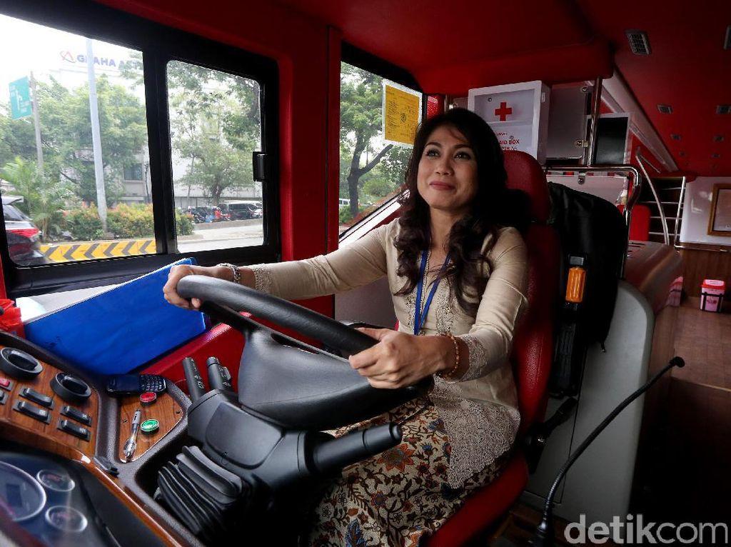 Para pramudi bus tingkat wisata TransJakarta mengenakan kebaya dan kain jarik saat bertugas di Jakarta, Jumat (21/4/2017).