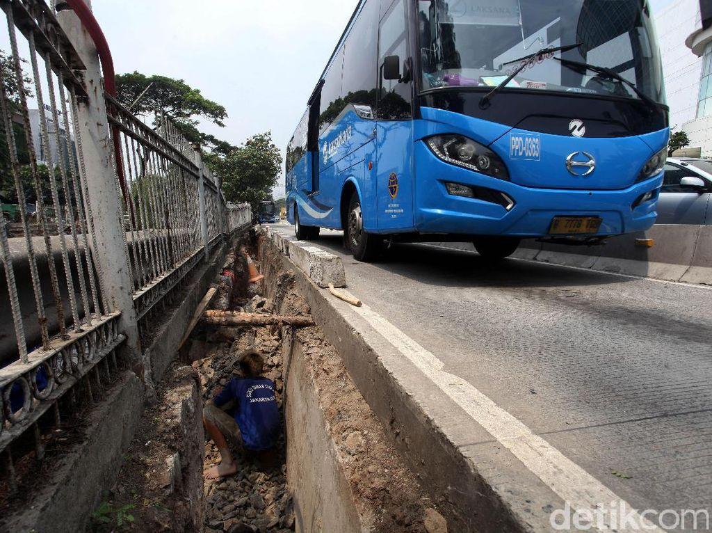 Longsor jalur busway tersebut terjadi 2 hari yang lalu.