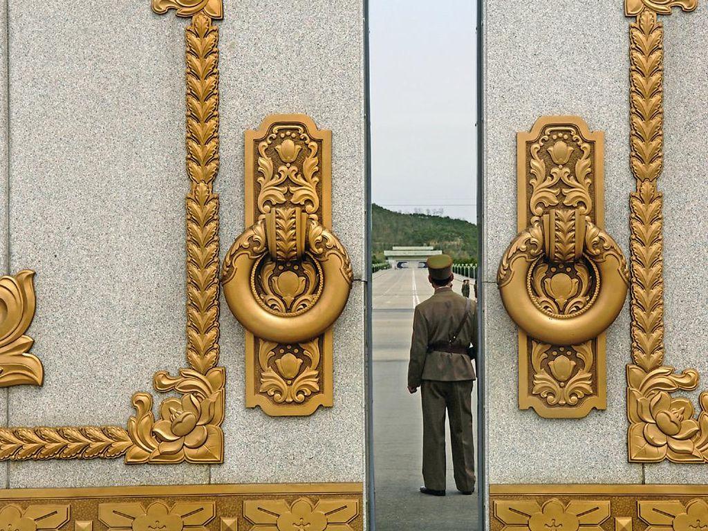 Lokasi wisata di Pyongyang dijaga tentara. Foto: Hufpost