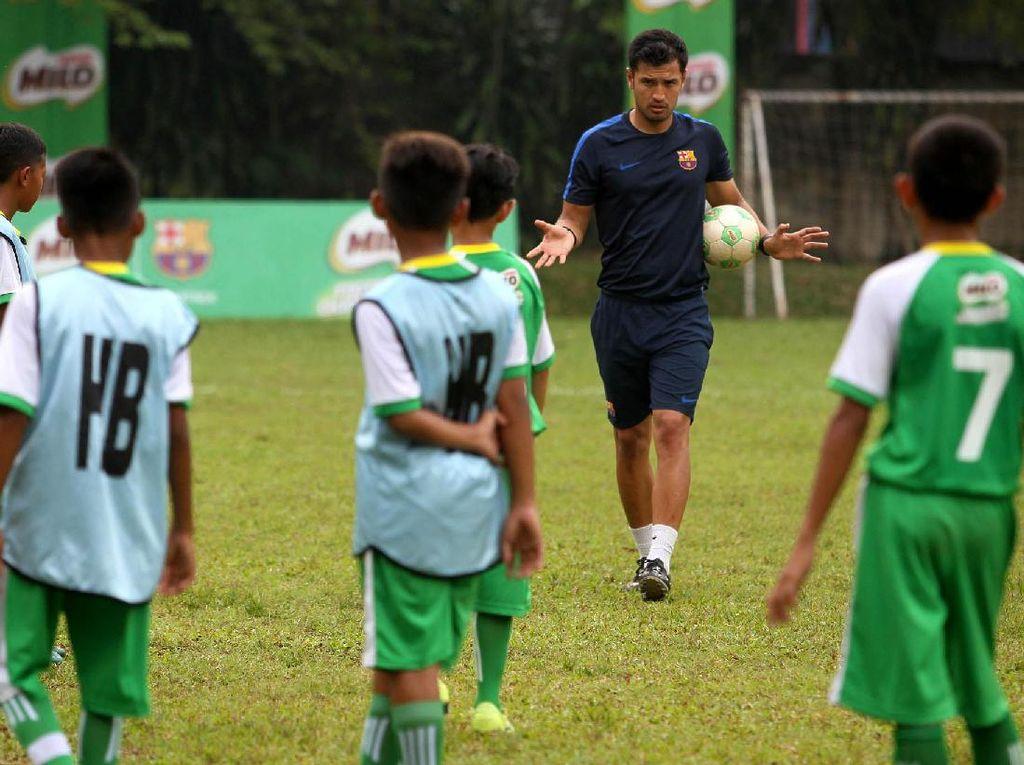 Jordi Fernandez sedang memberikan materi latihan kepada para pemain terbaik Milo Football Championship.