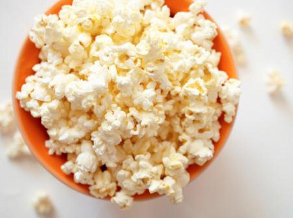Kalau mau camilan murah, renyah dan enak, popcorn patut jadi pilihan. Olahan biji jagung ini juga mudah diolah karena tinggal dipanaskan bersama mentega. Tiap 500 gram popcorn harganya sekitar Rp 13.000. Foto: Getty Images