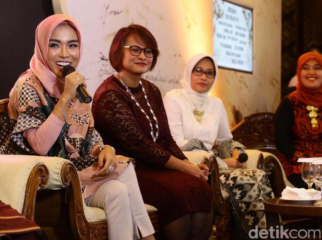 Menurut hijabers asal Bandung itu, untuk melanjutkan perjuangan Ibu Kartini wanita harus bekerja keras sejak dini. Jangan buang-buang waktu hanya untuk bermain-main tapi berusaha mengejar impian sedini mungkin dengan kerja keras dan fokus tentunya.