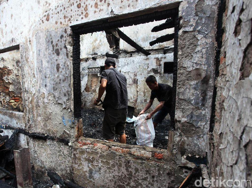 Terlihat dua orang warga tengah membersihkan puing-puing sisa kebakaran yang terjadi permukiman padat di Penjaringan, Jakarta Utara, Jumat (21/4/2017).