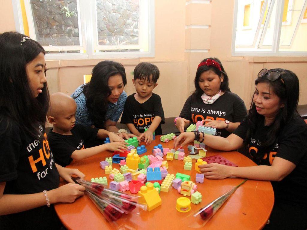 President Director Blue Bird Group Holding Noni Purnomo hadir dalam acara Berkarier dan Berbagi dengan Sesama di Yayasan Harapan Valencia Care Foundation, Jakarta. Pool/Blue  Bird.