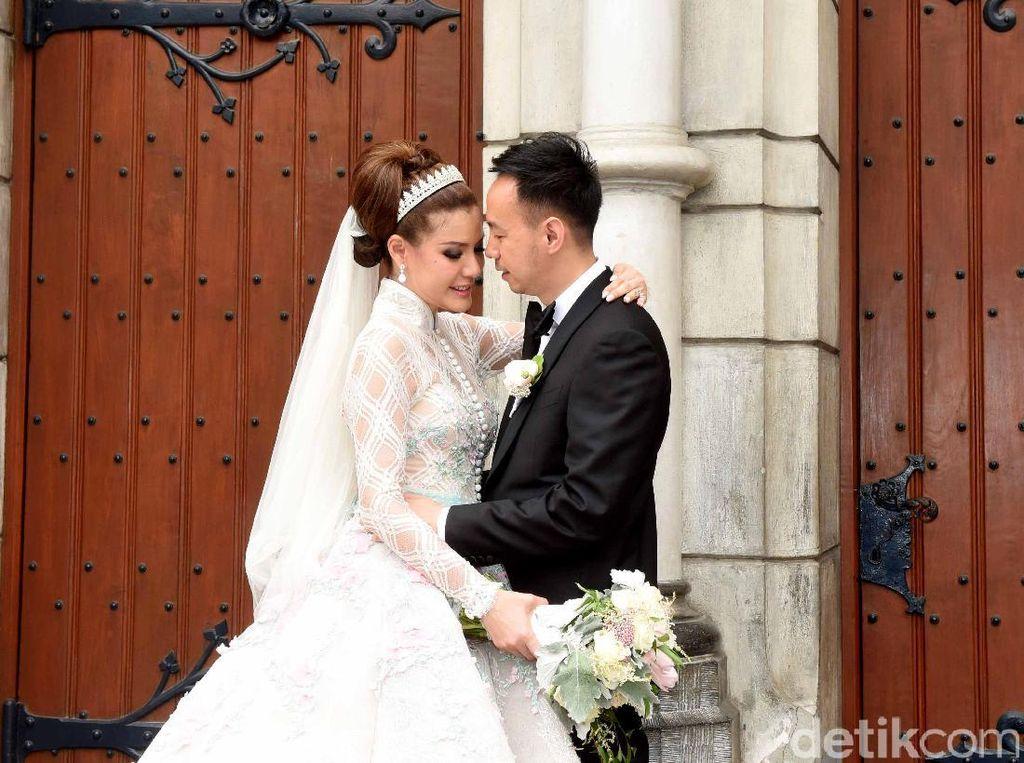 So Romantic! Tatapan penuh cinta dari sang suami kepada Olga. Pool/Noel/detikFoto.