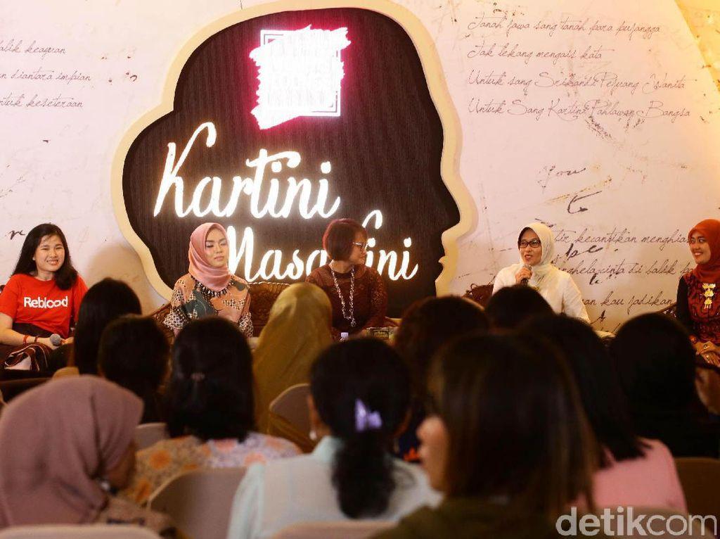 Chusnunia Chalim (kanan) mengatakan jadi Kartini masa kini itu harus aktif dan mau bekerja keras.
