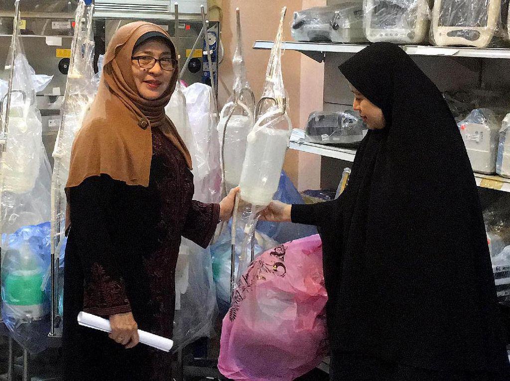 Menko PMK Puan Maharani didampingi Menteri Kesehatan Nila Moeloek meninjau fasilitas Klinik Haji Indonesia. Pool/Kemenko PMK.