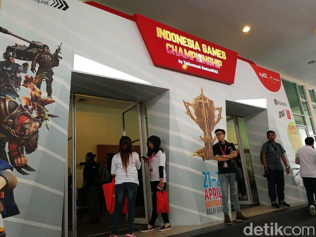 Sebelumnya, pertandingan babak kualifikasi nasional telah diadakan di Medan, Bandung, Surabaya, Malang dan Makassar. Telkomsel mengklaim bila event turnamen game-nya ini diikuti oleh total lebih dari 1.200 tim atau sekitar 4.000 gamer profesional Indonesia. (Foto: detikINET/Muhammad Alif Goenawan)