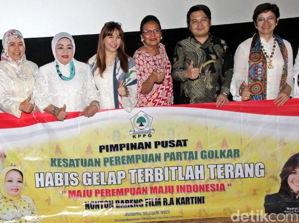 Pengurus Kesatuan Perempuan Partai Golkar (KPPG) foto bersama dengan salah satu pemeran film Kartini, Christine Hakim.